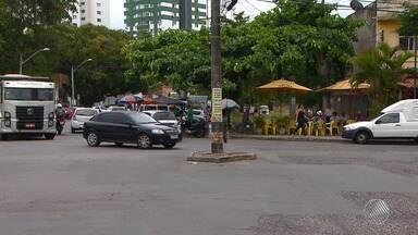 Imbuí: pedestres e motoristas reclamam de poste no meio da rua - A Coelba informou que irá avaliar o caso.