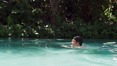 Bruno toma banho em cachoeira pensando em Raquel - O rapaz parte determinado