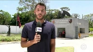 Após amistoso pela Seleção, Diego viaja para Curitiba com Fla - No dia do aniversário do clube, teve protesto da torcida no Ninho do urubu.