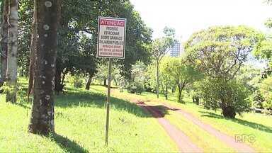 CMTU instala placas de proibição de estacionamento em áreas verdes de Londrina - As placas foram instaladas no Aterro do Lago Igapó e também na área verde ao lado do monumento à Bíblia.