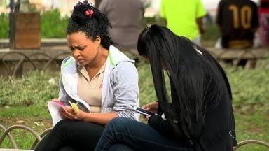 Pesquisa aponta que excesso de leitura no celular pode causar miopia - É difícil encontrar alguém que não fique exposto a alguma tela.