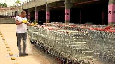 """Lei obriga supermercados a higienizarem cestas e carrinhos - Pesquisa diz que carrinho pode ter mais bactérias que vaso sanitário. Em SP, carrinhos passam por """"lava jato"""" em supermercado."""