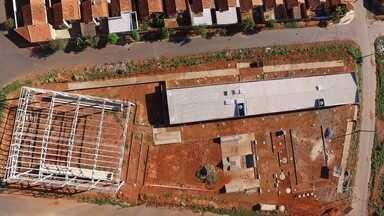 Moradores pedem conclusão de praça no Setor Jardim do Cerrado, em Trindade - Ginásio de esportes começou a ser construído há quase 3 anos, mas obra está parada.