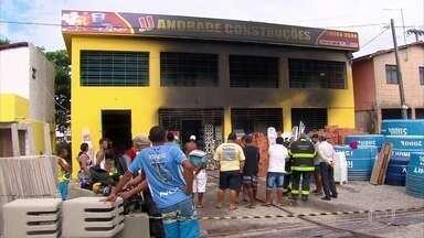 Loja de material de construção é atingida por incêndio em Itamaracá - Quatro caminhões de bombeiros foram enviados para apagar o fogo; ninguém ficou ferido.