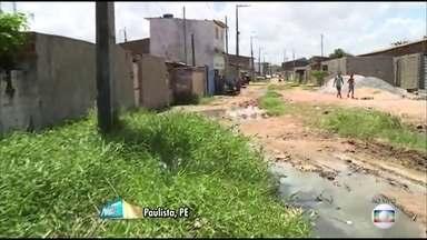 Moradores pedem melhorias na Rua Marrocos, em Paulista - Esgoto, lixo e falta de calçamento no local comprometem mobillidade e qualidade de vida de quem vive no local.