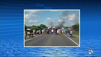 Protesto bloqueia BR-423 em Paranatama - Movimento é organizado pela Associação de Agricultores de Paranatama e Bom Conselho e reivindica a instalação de 700 cisternas nas cidades.