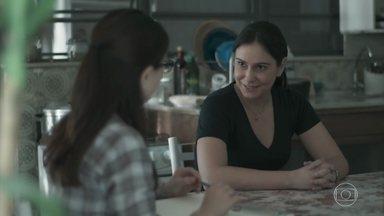 Josefina ajuda Benê a arrumar a mala - Benê se mostra ansiosa para a viagem ao Rio de Janeiro