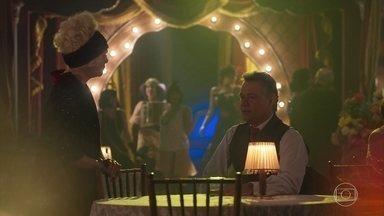 Madame Lucerne se preocupa com Bernardo - Ela percebe que o cliente está preocupado, mas Gilberte o distrai