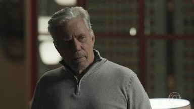 Athaíde comemora ao saber que Eric foi preso - Pedrinho recebe ligação de Luiza avisando que Eric foi preso