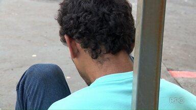 Ladrão é amarrado em poste de sinalização em Maringá - Ele foi preso por um policial de folga.