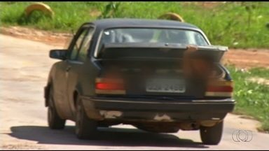 Motorista é flagrado transportando três crianças no porta-malas, em Cidade Ocidental - Um dos meninos acena para a câmera ao perceber que é filmada e, em seguida, fecha a tampa do compartimento.