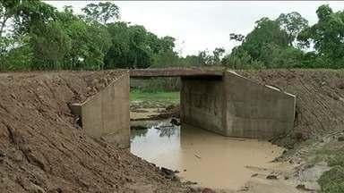 Ponte concluída há duas semanas já oferece risco para moradores no TO - A ponte de madeira e concreto, com oito metros de comprimento, custou R$ 45 mil. Só que com 15 dias de uso, parte da terra que sustenta a estrutura já começou a ceder.