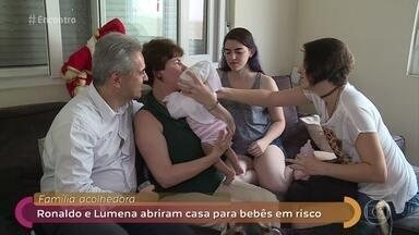 Famílias acolhedoras dão lar temporário para crianças em situação de risco - Ronaldo e Lumena já deram abrigo a três crianças e contam que a parte mais difícil é quando precisam se despedir delas. Fátima também conversa com rapaz que viveu 3 anos com família acolhedora