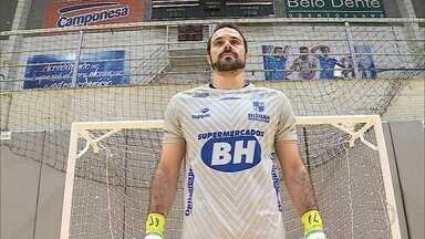 Goleiro Bianchini, do Minas Tênis Clube, supera grave lesão nas costas para fechar o gol - Goleiro Bianchini, do Minas Tênis Clube, supera grave lesão nas costas para fechar o gol