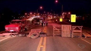 Protesto de moradores fecha a BR-101 em Sooretama, ES - População pede redutores de velocidade no trecho que corta o município.
