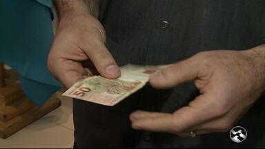 Especialista orienta para cuidados com cédulas falsas - Com o pagamento da primeira parcela do 13º, mais dinheiro será injetado no comércio.