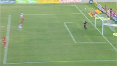 Robson, do Paraná, arrisca de fora da área e o goleiro Edson Kolln faz boa defesa - Robson, do Paraná, arrisca de fora da área e o goleiro Edson Kolln faz boa defesa
