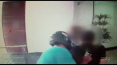 Assaltantes tentam levar relógio de homem no centro de Maringá - Vítima estava acompanhada da mãe e deixou o carro ligado na rua