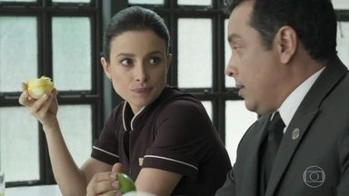Cíntia chama Nelito para sair - O mordomo fica transtornado com o convite e sai derrubando tudo na cozinha do hotel