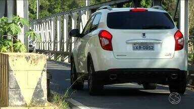 Motoristas reclamam do tráfego da ponte que liga Quatis a Porto Real, no Sul do Rio - A via é de mão única e não é sinalizada.