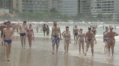 Fiscalização no Guarujá evita abusos na praia - No feriado prolongado da Consciência Negra, o sábado (18) foi de sol durante a manhã e praias lotadas.