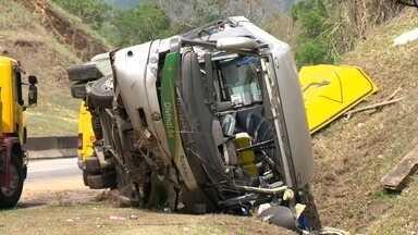 Duas crianças e um jovem morrem em grave acidente de ônibus na Via Dutra - Outras 33 pessoas ficaram feridas no acidente na altura de Paracambi. O ônibus de excursão seguia para Barra do Piraí.