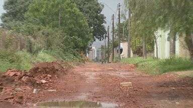 Moradores de Porto Ferreira reclamam de obra inacabada em via - Eles afirmam que parte da rua não foi pavimentada.