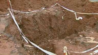 Cratera no meio da via prejudica motoristas em Rio Claro - Sinalização do buraco está precária.