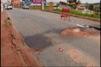 Chuva causa estragos durante o fim de semana em bairros de Divinópolis - Asfalto cedeu em duas ruas de grande movimento na região sudeste da cidade.