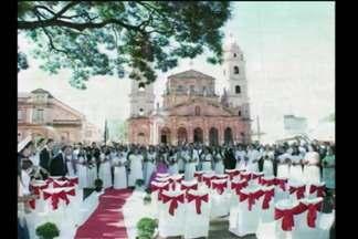 Casamento coletivo em Santo Ângelo, RS - 30 casais participaram da celebração em frente à catedral.