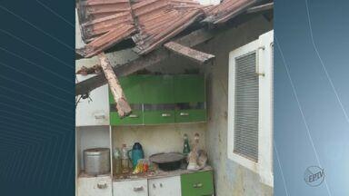 Duas idosas ficam feridas após desabamento de imóvel em Araraquara - Com o temporal de sábado, telhado e paredes da casa cederam.