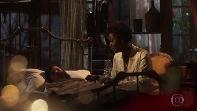 Maria Vitória é amparada por Nicota - A menina parece estar sonhando enquanto dorme