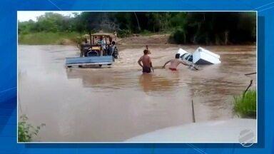 Caminhonete fica atolada dentro de córrego em MS - Veículo tentava passar por desvio feito na água. Região está sem ponte desde abril, quando estrutura caiu.