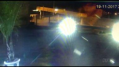 Caminhão com caçamba levantada derruba passarela na BR 376 - O acidente foi na noite de domingo, 19, em Marialva.