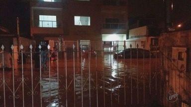 Moradores limpam casas após enchente em Pouso Alegre (MG) - Moradores limpam casas após enchente em Pouso Alegre (MG)