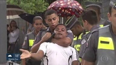 SP2 flagra ação da Polícia Militar no combate ao comércio irregular no Centro da capital - Os policiais militares usaram cacetetes e agrediram os ambulantes.