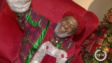 Shopping de São José tem Papai Noel negro pela 1ª vez - Aposentado foi escolhido na Casa do Idoso.
