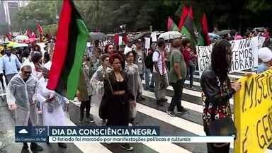 Feriado da Consciência Negra é marcado por manifestações políticas e culturais na capital - No fim da tarde desta segunda-feira (20), a Marcha da Consciência Negra saiu do vão livre do Masp em direção ao Theatro Muncipal.
