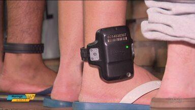 Número de presos com tornozeleira eletrônica deve dobrar no Paraná - Essa é uma alternativa para a falta de vagas nas delegacias superlotadas.