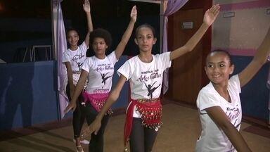 Cinquenta meninas da Fercal participam de projeto social de dança - Cerca de 50 meninas da Fercal participam de um projeto social de dança. Elas são carentes de tudo: sapatilha, roupas apropriadas e até comida. Mas mesmo com fome, as crianças encontram na dança motivo para continuar sonhando.