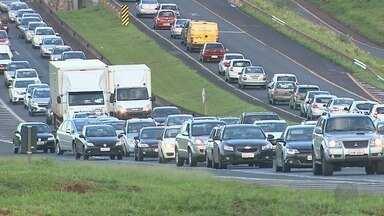 Dois acidentes congestionam o Anel Viário Sul em Ribeirão Preto - Colisão entre carro e moto, além de engavetamento, causaram lentidão por meia hora.