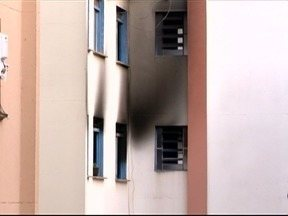 Incêndio atinge apartamento e duas pessoas são levadas para o Hospital Regional - Imóvel pegou fogo na madrugada desta terça-feira (21).