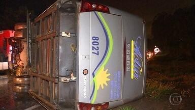 Tombamento de micro-ônibus deixa um morto e feridos em Nova Lima, na Grande BH - Acidente foi na noite desta segunda-feira (20) na BR-040.