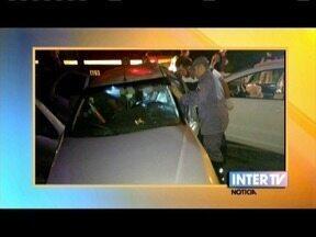Acidente envolvendo dois carros deixa três pessoas feridas em Timóteo - Segundo o Corpo de Bombeiros, um dos motoristas ficou preso às ferragens e foi retirado com ferimentos graves.