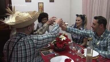Lilian recebe os convidados para o jantar na roça - Ana Maria parabeniza a organização da vendedora durante o preparo da comida