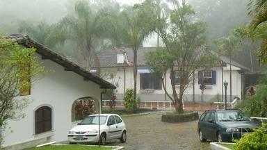Alunos de Petrópolis têm 1º dia de aula após desmoronamento que abriu cratera nesta 3ª - Assista a seguir.