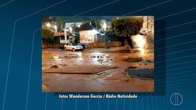 Enxurrada arranca parte do asfalto em frente a Prefeitura de Natividade, no RJ - Segundo a Defesa Civil, em 24 horas choveu o esperado para quase 15 dias.