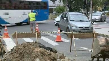 Avenida Francisco Glicério, no Centro de Campinas, tem bloqueio em uma das faixas - Com o asfalto afundado, a Prefeitura interditou o trecho para realização dos reparos.