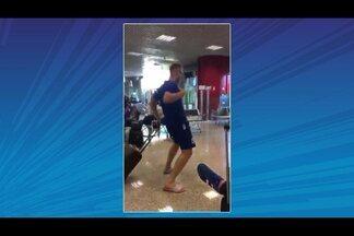 Festa no aeroporto: jogadores dançam após a conquista do acesso - Festa no aeroporto: jogadores dançam após a conquista do acesso