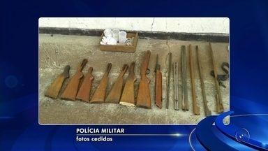Trio é preso após polícia descobrir oficina clandestina de armas em sítio - Três homens foram em uma oficina clandestina de armas, nesta segunda-feira (20), em Santo Antônio do Aracanguá (SP). Segundo a polícia, a oficina funcionava em um sítio da cidade e aparentava ser de conserto de carros.